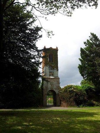 За воротами башни разбит красивый сад