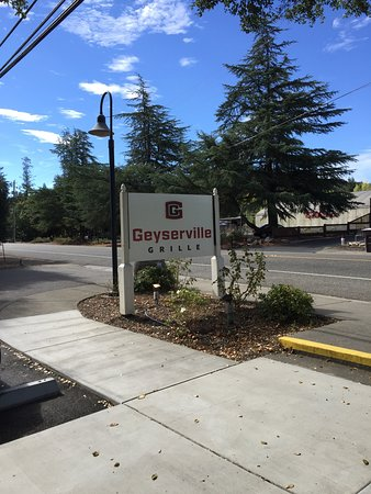 Geyserville Inn: Grille next store great food