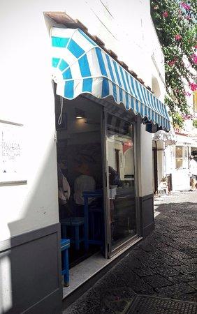 Piccolo ristorante nella stretta via Le Botteghe