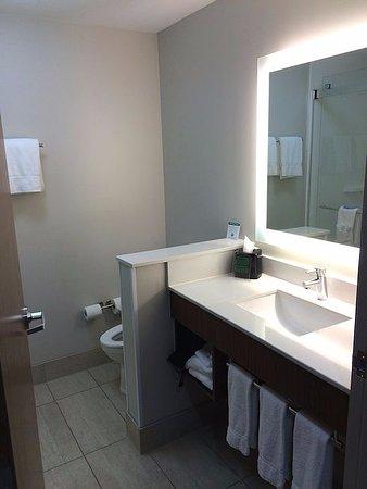 Sand Springs, OK: Bathroom was well-lit.