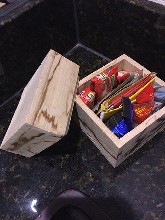 Grand Hyatt Incheon: 無料のお茶、コーヒーなど。よく見るとクリームのスティックが折り曲げてある。サイズを考えて、箱を作れば?
