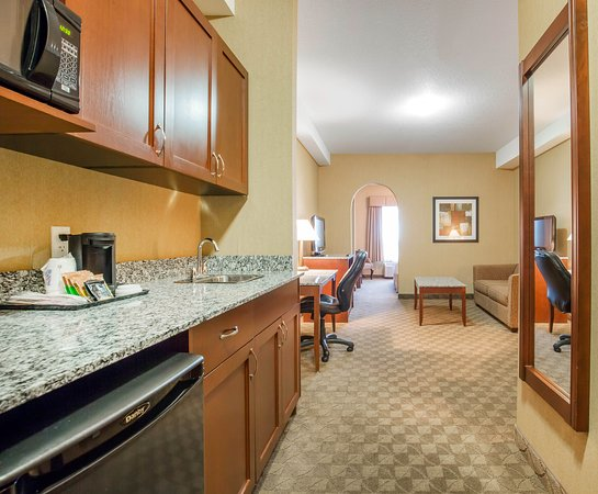 Comfort Inn & Suites Airdrie : Suite King perfect for families