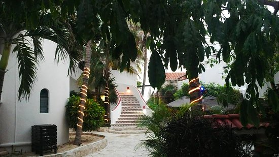 Pelicano Inn: Zona interna del hotel, hermoso