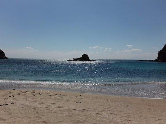 守谷海水浴場, 渡島です。遠いように見えますが、大潮の干潮時は浜とつながります。
