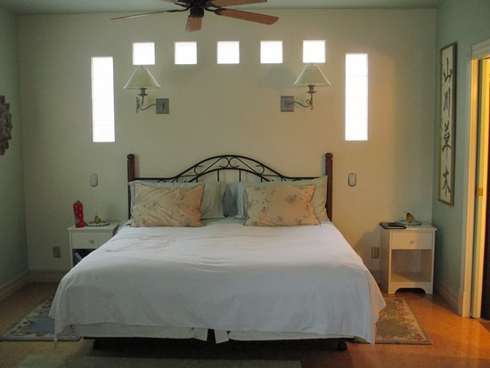 Glenoka Farm Bed and Breakfast: King size bed