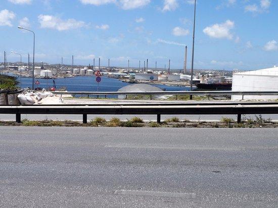 Queen Juliana Bridge: vista de la refineria desde el puente reina juliana