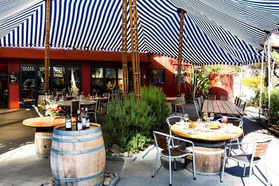 Te Awanga, Nuova Zelanda: sheltered canopy tables