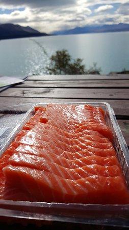 Twizel, นิวซีแลนด์: 一邊吃鮭魚一邊欣賞湖景