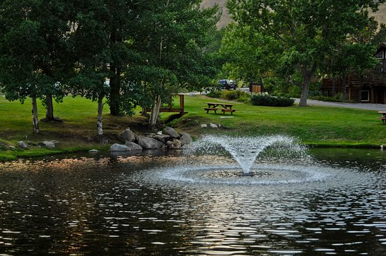Rock Creek Resort: A really nice pond on the grounds is a great place to enjoy twilight