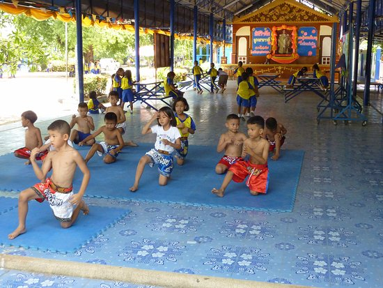 Wat Plai Laem: Schoolchildren dancing at the temple