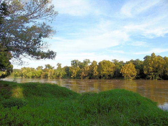 Columbus, Техас: The river was swollen with rain water on this particular day . . .
