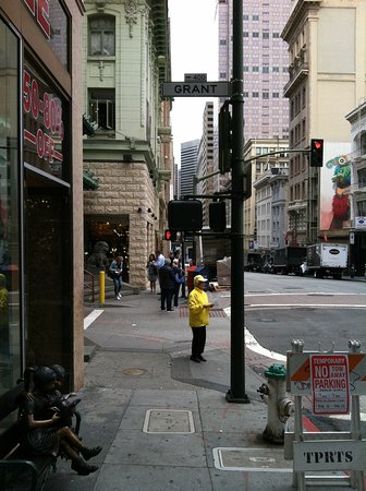 Chinatown: Canary yellow Falun Gong at Dragon's gate