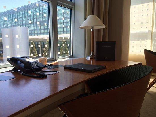 Desk - King One Bedroom Suite - Bild von Hilton Munich ...