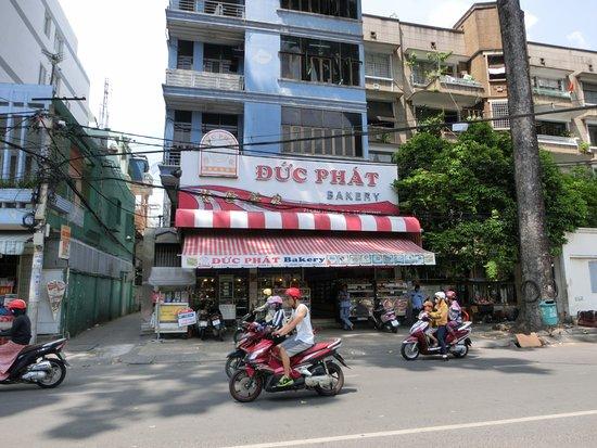 Thien Thao Hotel Ho Chi Minh City : ホテル出口を背に右手を直進して2分程の距離にあるパン屋さん