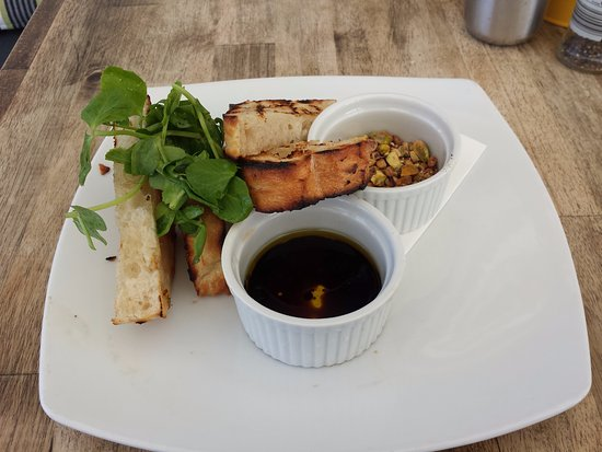 Tea Gardens, Australia: Entree - Sourdough bread with olive oil, balsamic vinegar, and dukkah