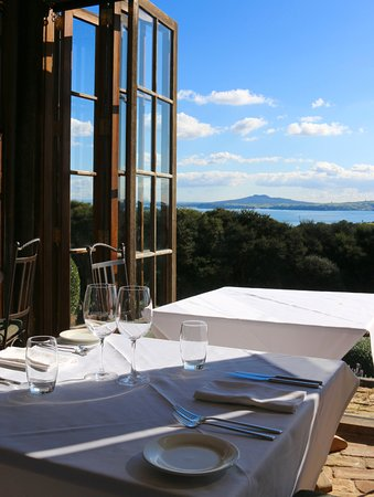 Waiheke Adası, Yeni Zelanda: The view from the Mudbrick restaurant where we stopped for lunch.