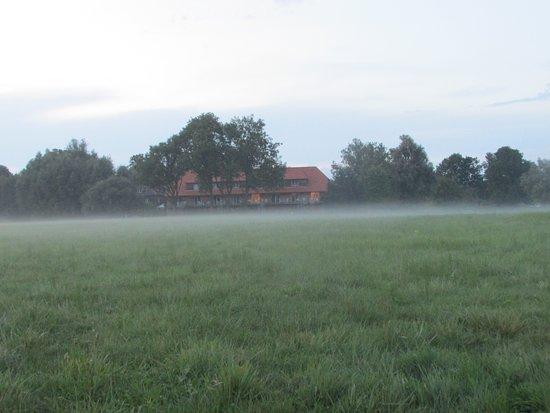 Woldzegarten, Germany: Das Gebäude der Ferienwohnungen am Abend wenn der Nebel kommt