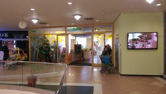 Rebio: A bevásárlóközpont első emeletén van.