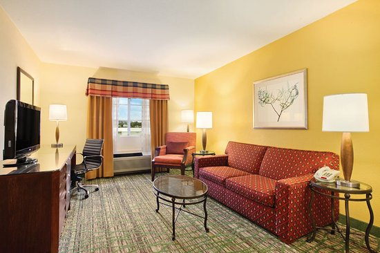 Holiday Inn Express San Diego - Escondido: Enjoy extra space and a living room area with a suite