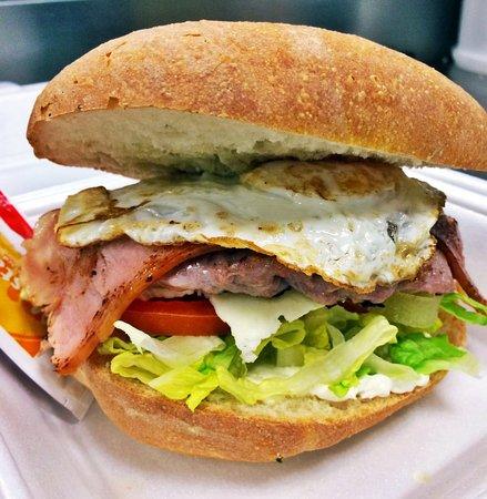 Villamarchante, España: Combos de hamburguesa con patatas, refresco y alitas o arros de cebolla