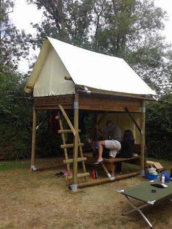 Camping La Confluence : Tenda su palafitta alla quale si accede tramite una scaletta esterna che conduce ad una botola.