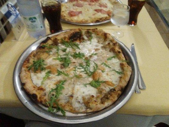Pizza alba crema di tartufo e porcini foto di ristorante bagno marino archi santa cesarea - Bagno marino archi pizzeria ...