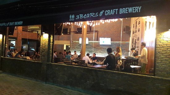 3 BeaRs Craft Brewery: Live Band