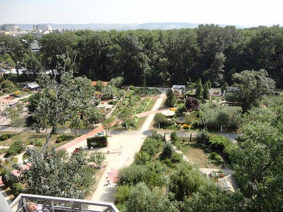 Tulln, Österrike: Vista de los jardines desde la torre de observación