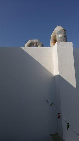 Colosseo Studios & Apartments: Εξαερισμός πιτσαρίας δίπλα στο μπαλκόνι