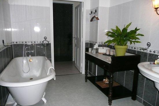 Fabrezan, Frankrig: salle de bain chambre grenache blanc