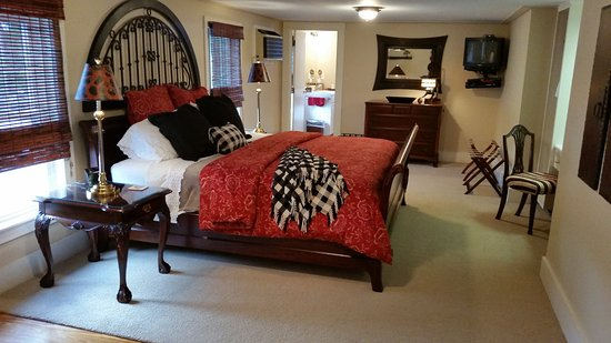 Inn at Clearwater Pond: The Elegant Skylar Rose Suite