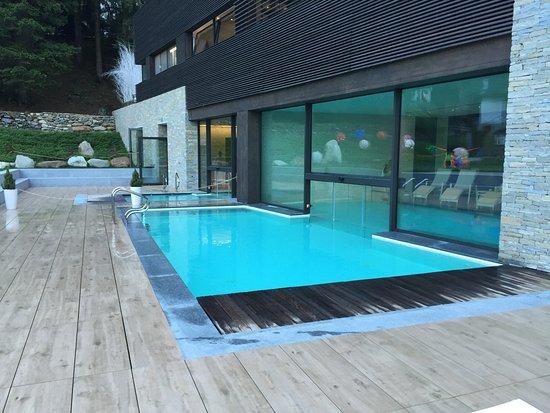 La piscina riscaldata della spa che collega interno ed - Piscine da interno ...