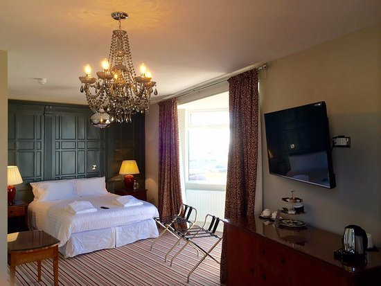Bexhill-on-Sea, UK: Bedroom 1, first floor with views to the sea, ensuite bathroom