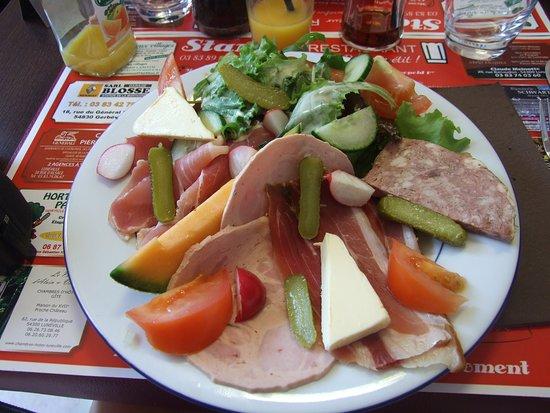Stan' traiteur Restaurant : Une belle assiette de crudités et charcuterie