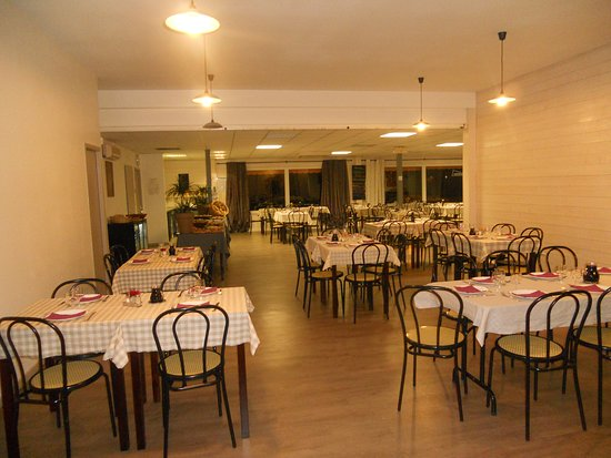 Grande salle de reception picture of restaurant la table for Table de salle a diner