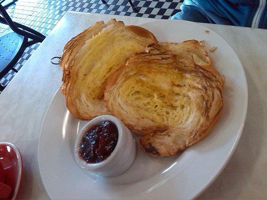 Hotel 59: mega croissant caldo con marmellata