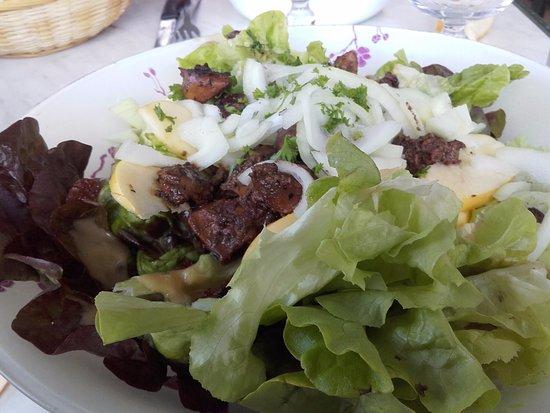La Guinguette des Gorges de l'Ain: Salade Bressane Salade, oignons, foies de volaille, pommes, raisins secs