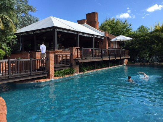 L'Auberge: Refreshing pool with hot tub and champagne bar