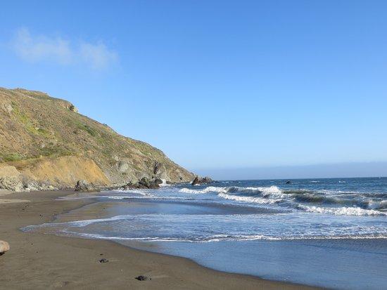 Muir Beach, CA: Vue de la plage avec la falaise