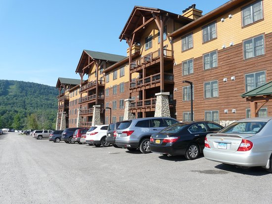 Hope Lake Lodge & Conference Center: Side of the hotel