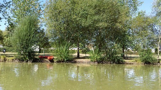 Siblu Villages - Domaine de Dugny: view from the lake into the park
