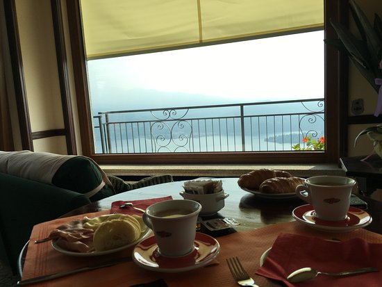 Madonna del Sasso, Włochy: Sala colazione: fortunato tavolo in prima fila!
