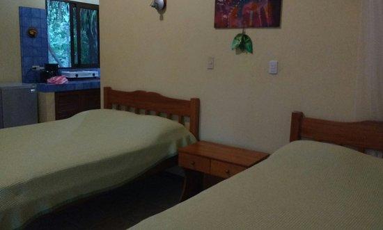Fidelito Ranch & Lodge: La Habitación, dos camas matrimoniales. Y al fondo se ve la cocina. En L es la distribución