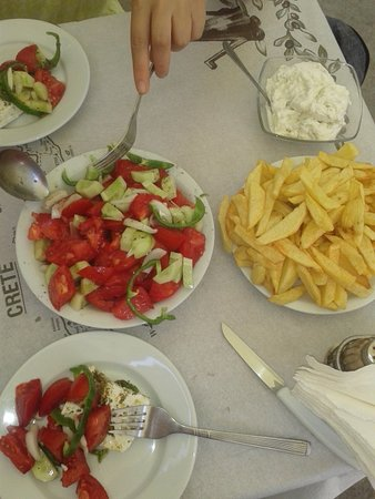 Rethymnon Prefecture, Grecia: Insalatona con salse