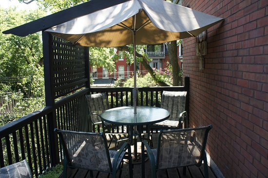 Annex Garden Bed & Breakfast and Suites : Private deck off the Murray Room