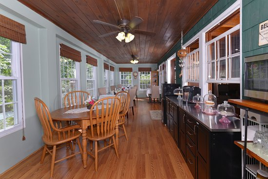 Laurel Springs Lodge B&B: Beautiful dining area