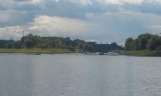 Parc Des Iles de Boucherville : Queques petits cours d'eau traversent le parc. Il y a des traversées.