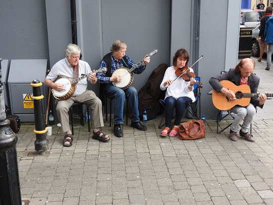 Ennis, Irland: These folks were providing live music next to the monument