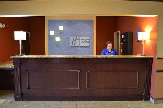 Holiday Inn Express & Suites Rolla: Hotel Exterior