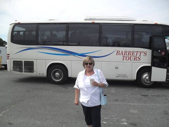 Barrett's Tours: Waitng to board the bus